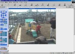 屋外園庭カメラ(ハウジング使用)とモニター画面
