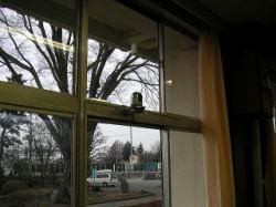 職員室窓上部にパナソニックB-HCM381を設置