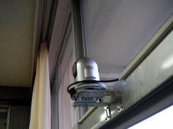 ネットワークカメラを特殊金具で固定