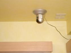 屋内天井に取り付けられたネットワークカメラ