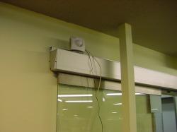 店舗入り口のネットワークカメラ